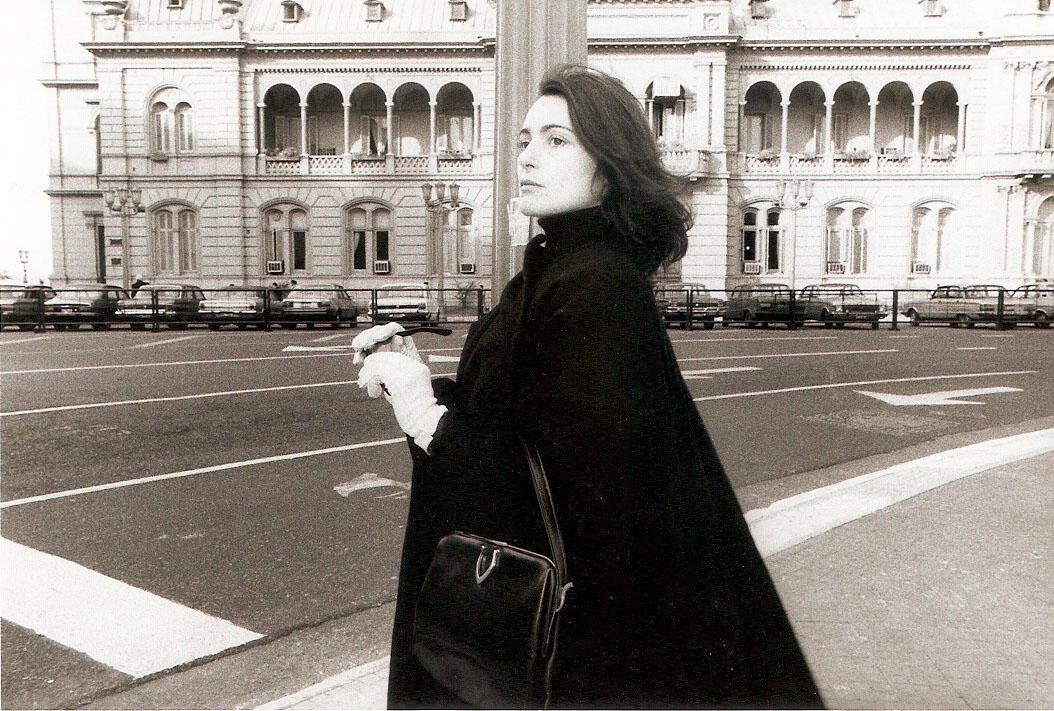 Liliana Maresca, dalla serie Liliana Maresca frente alla Casa de Gobierno, Buenos Aires, 1984. Photo Marcos López