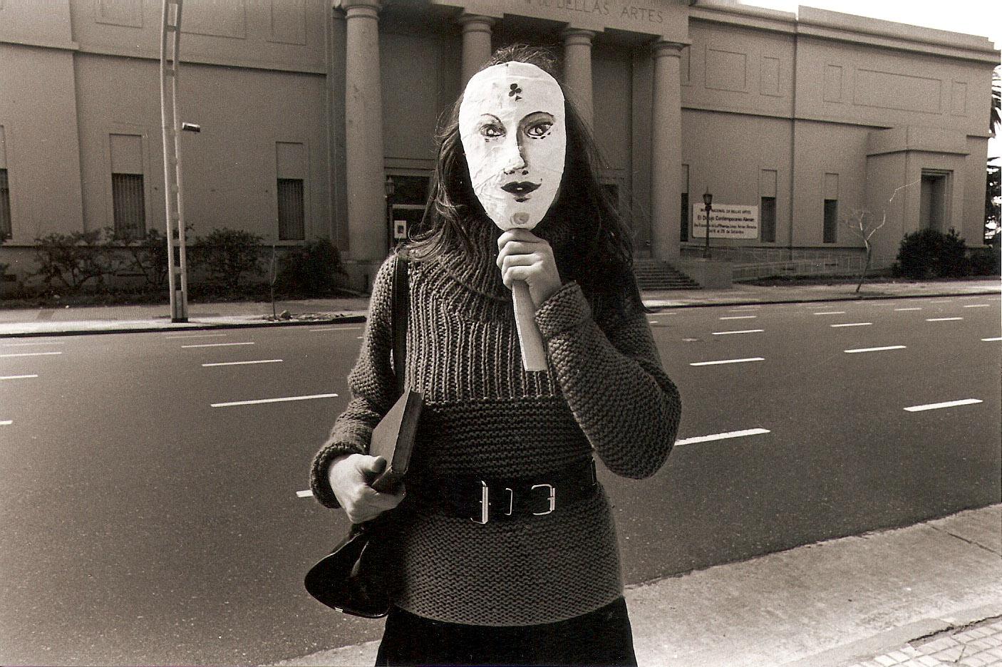 Liliana Maresca, dalla serie Liliana Maresca frente al Museo Nacional de Bellas Artes, Buenos Aires, 1984. Photo Marcos López