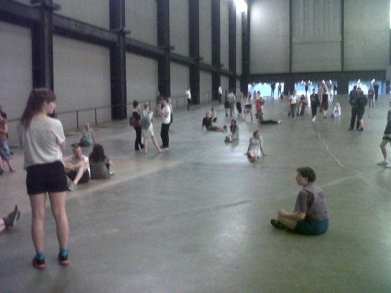 Tino Sehgal - These Associations, Turbine Hall, Tate Modern, Londra (foto Aldo Colella)
