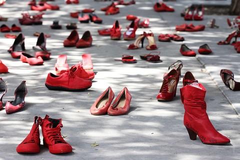 Zapatos Rojos, la performance di Elina Chauvet contro il femminicidio
