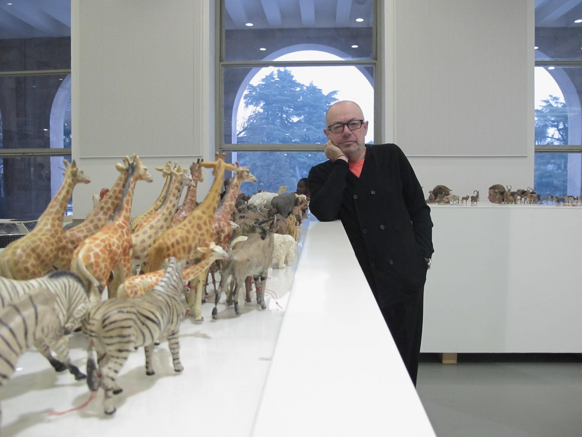 Italo Rota con la sua collezione di animali d'epoca