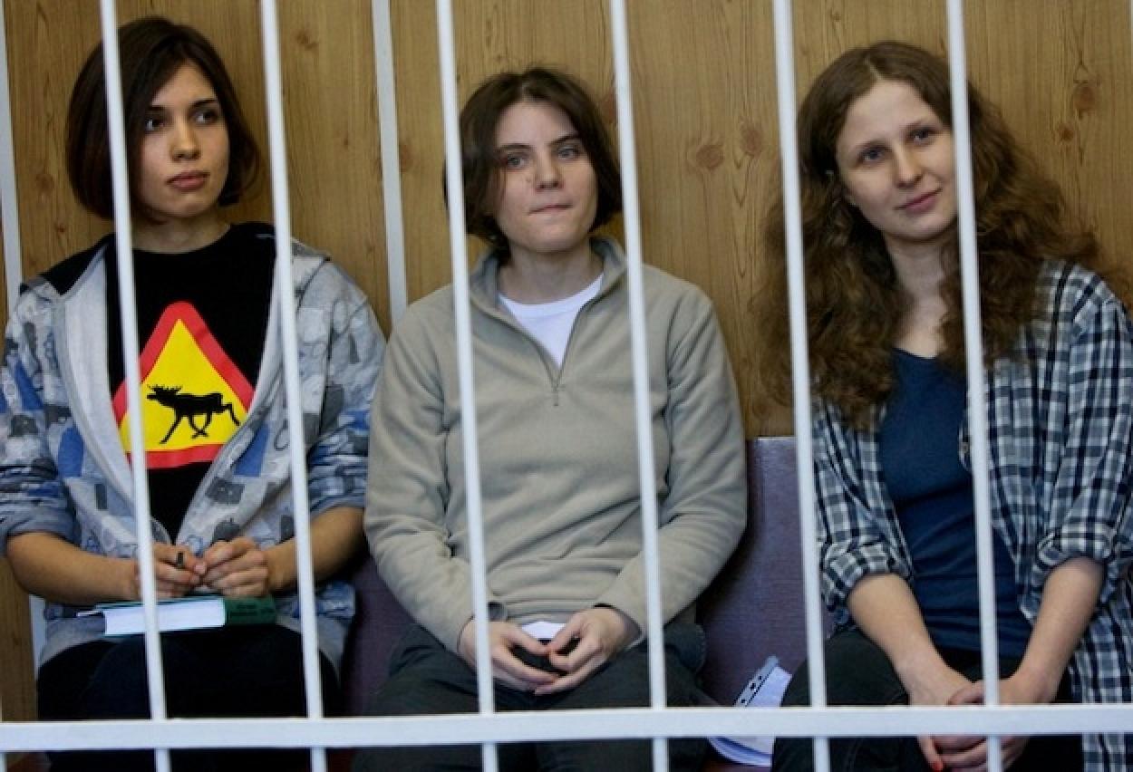 Le Pussy Riot alla sbarra (foto nplusonemag.com)