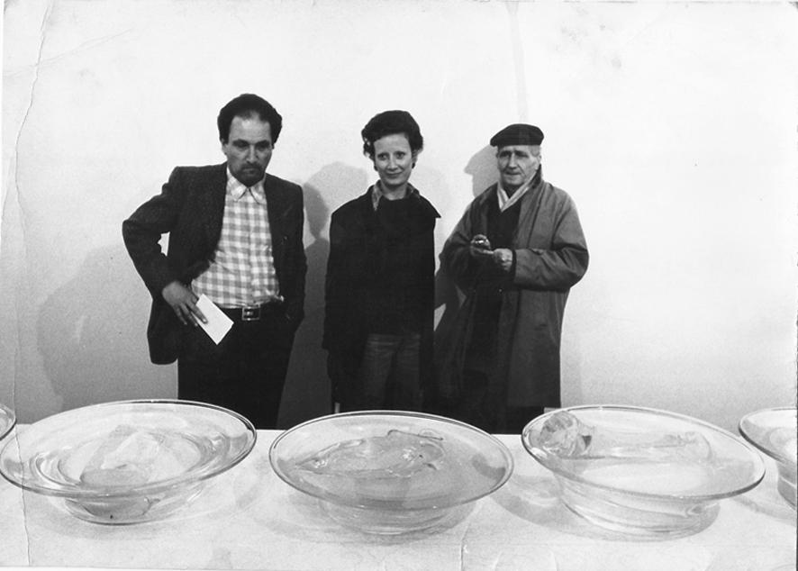 Da destra, Fernando Melani, Donatella Giuntoli e Lando Landini davanti all'opera di Luciano Fabro, 1975
