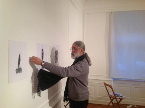 Roberto Almagno al lavoro alla mostra all'Istituto Italiano di Cultura di Strasburgo