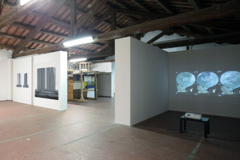 Future, Landscape II Fase, Forte Marghera, Venezia 2012. A destra Videoproiezione di Pavel Mrkus, 2011. A sinistra foto su polietilene di Dritan Hyska, 2012. Nel centro installazione site specific di Roberto De Pol