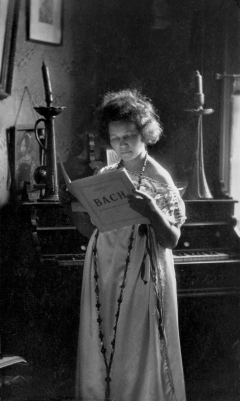 Londra, 1916: Antonietta nel suo studio in una lunga tunica informale, i capelli ribelli tagliati corti, studia con attenzione uno spartito di Bach