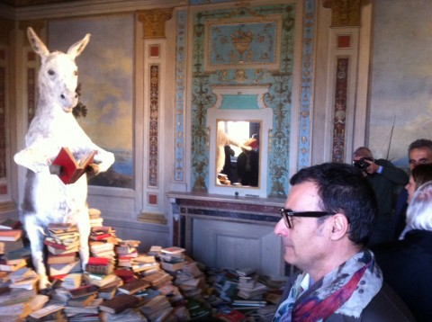 Luca Beatrice davanti all'asino di Pilar Albarracìn - L'arte è un romanzo, Palazzo della Penna, Perugia