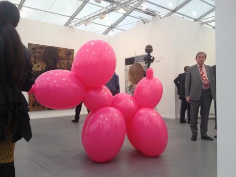 """Lo stand Hauser&Wirth con il """"puppy"""" di Paul McCarthy, venduto in 40 esemplari - Frieze New York 2013"""