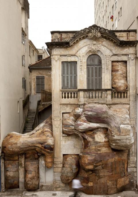 Henrique Oliveira, Casa dos Leões, 2009 - Vue de l'installation à la VII Bienal do Mercosul, Porto Alegre, Brésil - © photo : Eduardo Ortega - Courtesy Galerie GP & N Vallois, Paris