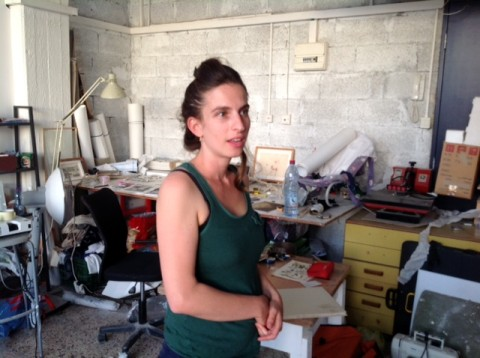 Einat Amir nel suo studio ad Art Cube, Gerusalemme