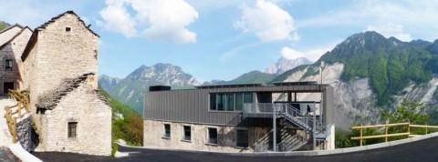 Dolomiti Contemporanee - il nuovo spazio di casso nel contesto del vecchio abitato - foto sabrina pasquali