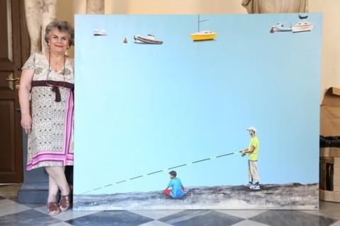Luciana Giunta, direttore dell'Accademia di Belle Arti di Palermo, accanto all'opera di uno studente