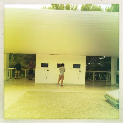 Les aventures de la vérité - Fondation Maeght, Saint-Paul-de-Vence 2013 - Terrazza con i video degli artisti che leggono testi filosofici