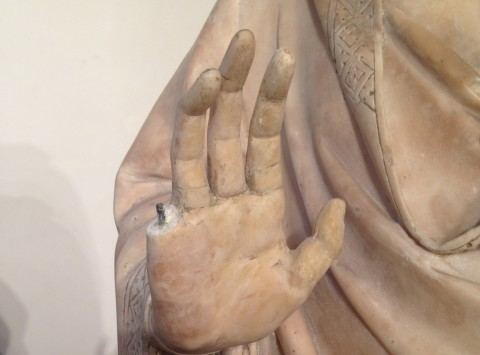 La scultura danneggiata a Firenze