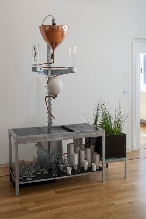 Annie Ratti, Agua de beber, 2011, acqua, vetro, ferro zincato, rame, filtri a carbone, magneti, piante acquatiche ossigenanti, caraffe, bicchieri, 190 x 170 x 70 cm