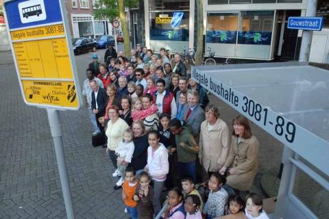 La comunità di Charlois, disobbedendo alla legge vigente a Rotterdam, che impedisce la riunione di più di tre persone in alcuni luoghi pubblici, si ritrova di fronte a una finta fermata dell'autobus