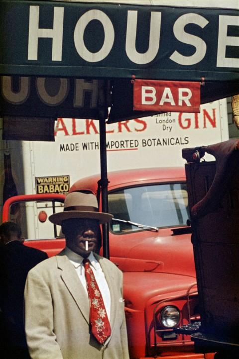 Saul Leiter, Harlem, 1960 , Stampa Cibachrome, 35,5 x 28 cm, © Saul Leiter. Courtesy Howard Greenberg Gallery, New York