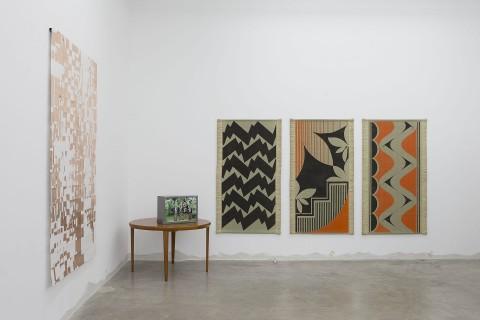 Alice Tomaselli, Senza titolo, 2013, inchiostro per calligrafia su tappeto goza, cm 180x110. Veduta dell'installazione Souvenir alla Galleria Perrotin. Courtesy Galerie Perrotin, Parigi