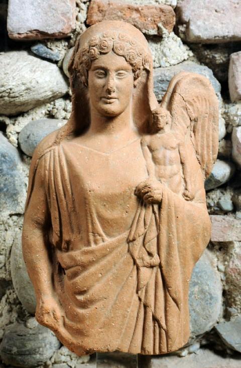 Afrodite con chitone e himation che regge un eros alato, da Medma, metà del V secolo a.C., Museo Archeologico Nazionale, Reggio Calabria