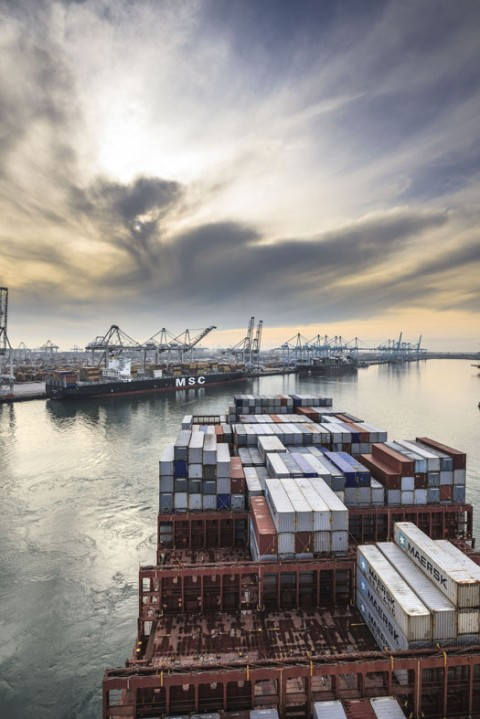 Freek Van Arkel, La Estelle Maersk, nave portacontainer larga 396 metri, in manovra di avvicinamento al Maasvlakte, porto di Rotterdam, 2011 - ©Freek van Arkel, Rotterdam