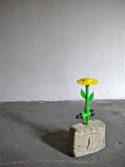 Premio Suzzara - Liliana Moro, Fiore (fontanina), 2013. Argilla, fiore in platica a getto d'acqua, tubo di gomma verde, acqua. Courtesy l'artista