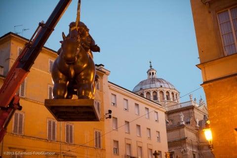 Il posizionamento della scultura di Botero davanti al Teatro Regio di Parma, photo G. Fantuzzi