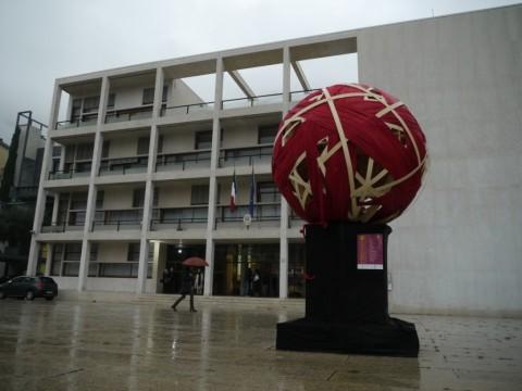 L'installazione di Atomo e Mastro davanti alla Casa del Fascio