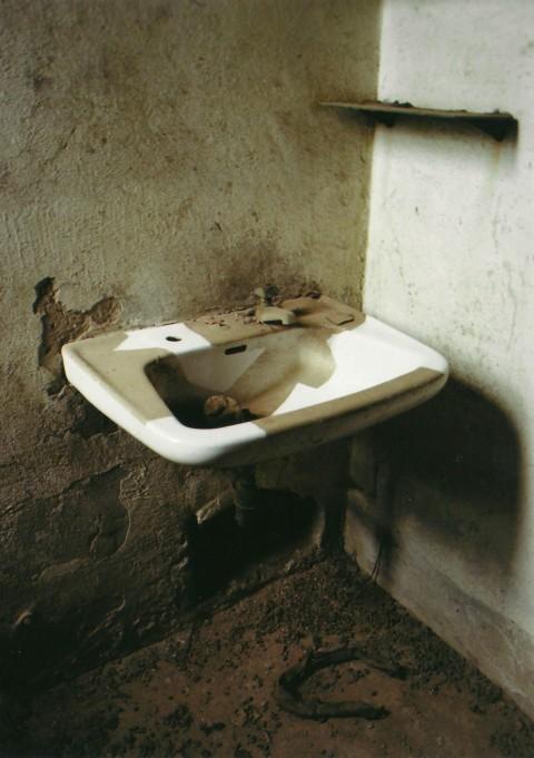 Enrico Cattaneo, Senza Titolo, 2013 - polvere, materiali vari, dimensioni ambientali