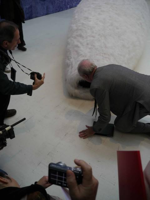 Minini si inchina davanti all'opera di Solakov