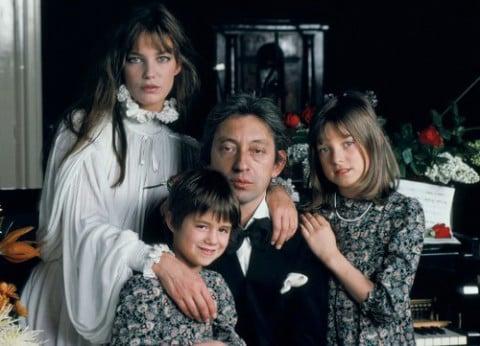 Kate Barry con sua madre, sua sorella Charlotte e il patrigno Serge Gaisnbourg