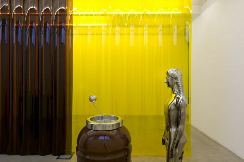 Steven Claydon - Grid & Spike - veduta della mostra presso la Galleria Massimo De Carlo, Milano 2013 - photo di Roberto Marossi - courtesy Massimo De Carlo, Milano/Londra