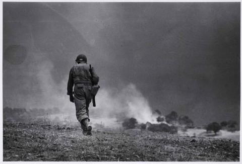 Robert Capa, Soldato americano in perlustrazione nei dintorni di Troina, 4-5 agosto 1943 - Robert Capa © International Center of Photography/Magnum - Collezione del Museo Nazionale Ungherese