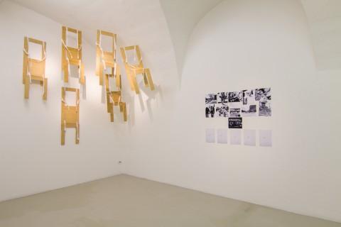 Gianni Pettena, Wearable Chairs / Vestirsi di Sedie, 1971, courtesy l'artista