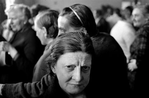 Ferdinando Scianna, Festa di carnevale all'ospedale psichiatrico di Franco Basaglia, Gorizia, 1968, Fotografia in b/n