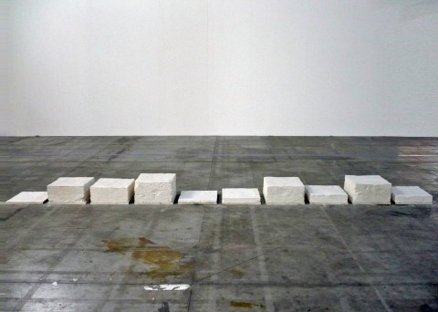 Francesco Arena, Genova (foto di gruppo), 2011, fango di marmo, cm 445x40x22