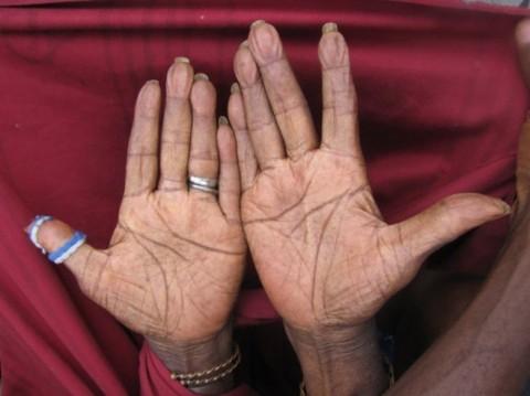 Le mani di Bruly Bouabré, fotografate da Virginia Ryan nel 2009