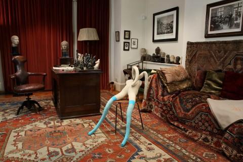 Sarah Lucas, Suffolk Bunny allestito nello studio di Freud - © Sadie Coles HQ and Freud Museum London