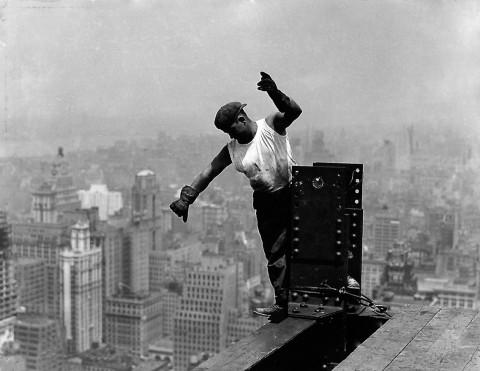 Lewis Hine, Operaio sull'Empire State Building mentre dà indicazioni all'operaio addetto al gancio, New York, 1931, dalla serie Empire State Building