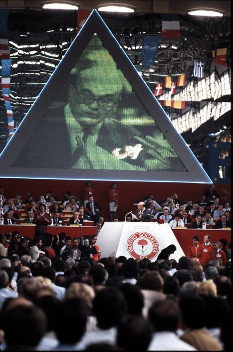 Milano, Ex Ansaldo, 1989 -Bettino Craxi al 45esimo congresso del PSI, davanti alla piramide di Filippo Panseca