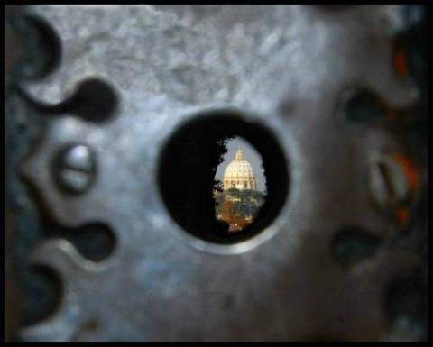 La cupola di San Pietro a Roma inquadrata dal buco della serratura del portone del Priorato dei Cavalieri di Malta