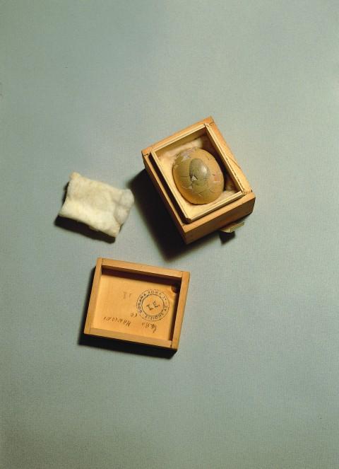 Piero Manzoni, Uovo scultura n. 11, 1960 - uovo in scatola di legno, cm 5,7 h x 8,2 x 6,7