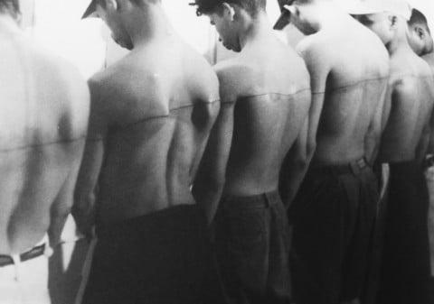 Santiago Sierra, Linea de 250 cm tatuada sobre 6 personas remuneradas, 1999
