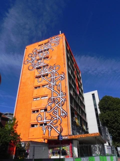 La facciata della Tour Paris 13 dipinta dallo street artist franco-tunisino eL Seed © Le Grand Jeu