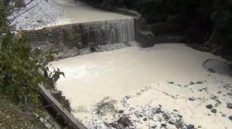 Il fiume Frigido (Massa) imbiancato dalla marmettola (polvere di marmo) dopo abbondanti piogge