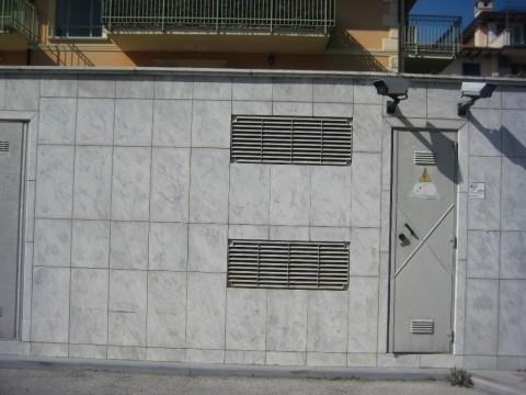 Cabina di distribuzione rivestita con lastre di marmo apuano (Massa)