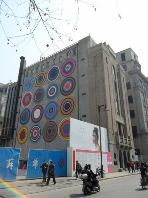 Bharti Kher, Target Queen, 2014, facciata nord del Rockbund Art Museum, Shanghai