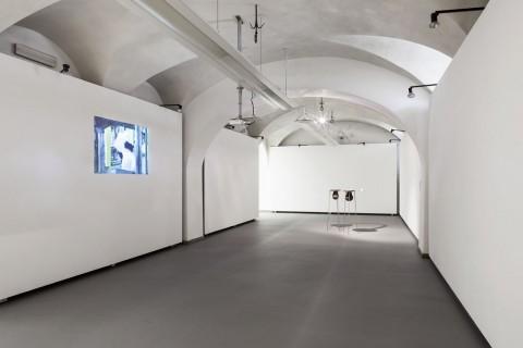 A sinistra Anna Franceschini, Polistirene, e a destra Lupo Borgonovo, Lachrymal Helms - Galleria Civica (foto di Alberto Sinigaglia)