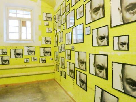 La disparition des lucioles,Installation view, prigioni di Sant'Anna, Fondation Lambert, Avignon, Francia