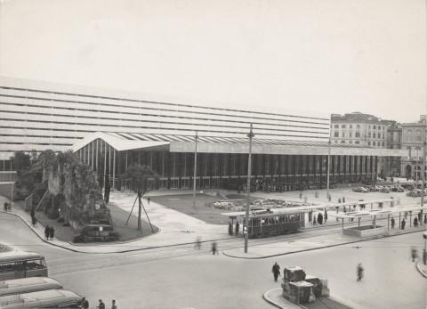 Stazione Termini, Roma. 1947/1950 particolare esterno,  Fotografia b/n, courtesy Fondazione MAXXI