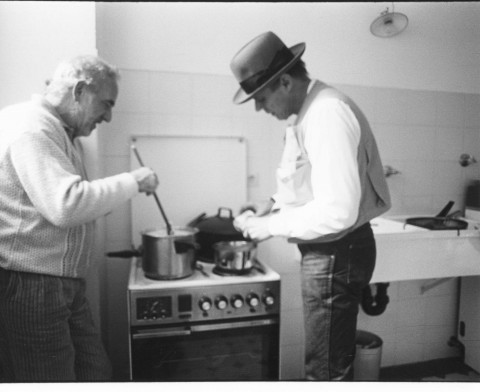 Beuys e Buby cucinano il famoso Stufato Drake Plarz, Dusseldorf1980. Foto Buby Durini, courtesy Arch. De Domizio Durini